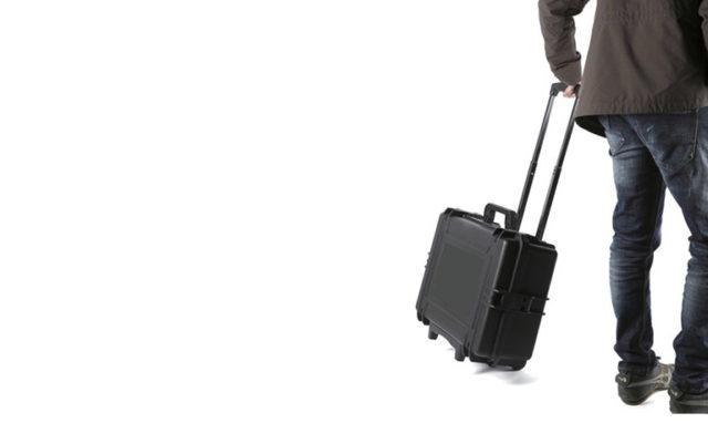 uomo valigia per bonifiche
