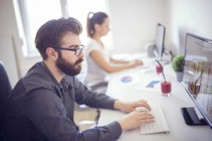 Operatori della bonifica ambientale al lavoro in ufficio